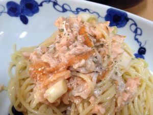 今日の料理レシピは長ネギとサーモンのチーズソースパスタ!