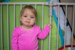 赤ちゃんの耳垂れや中耳炎は小児科?耳鼻科?症状や原因、治らない場合は?