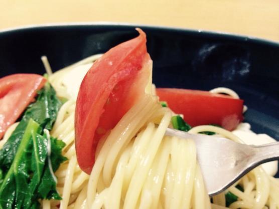 今日の料理はかき菜とモッツァレラのフルーツトマトパスタ!春のレシピ!