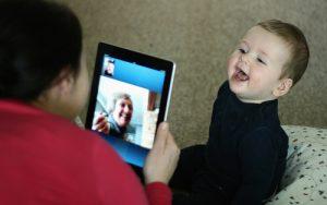 心配!赤ちゃんとテレビの安全対策 テレビガードを選ぶポイントと設置手順