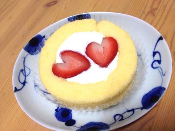 11月22日いい夫婦の日、ローソンのプレミアムロールケーキにハートのいちごが2つ!
