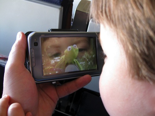 スマホから子どもの目を守る、おすすめのブルーライトカットフィルム